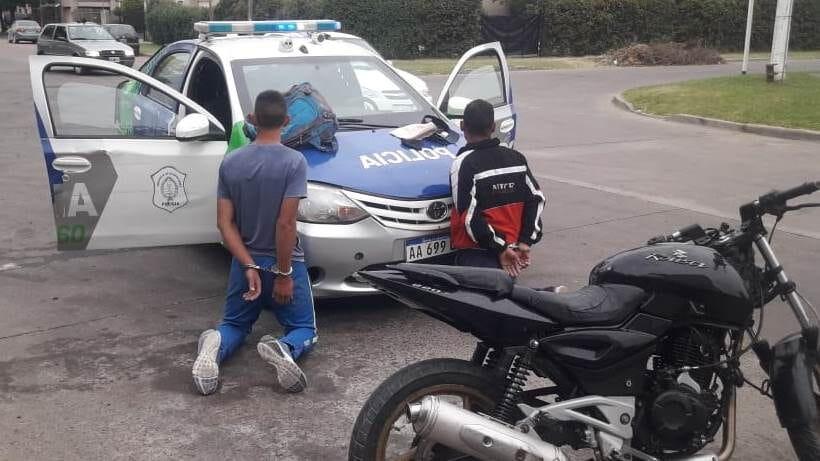 Aprehendieron a dos hombres que manejaban una moto robada